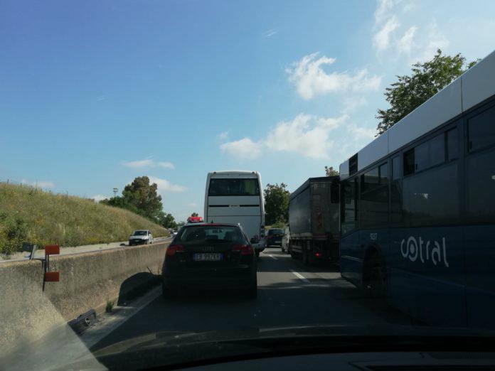 Pontina, giornata nera: lavori, 1 incendio e 1 incidente. Traffico in tilt